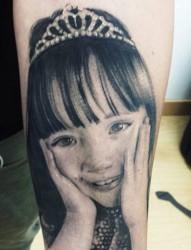 手臂上戴皇冠的的小女孩头像