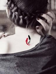 女孩子背部非常可爱小巧的纹身图案