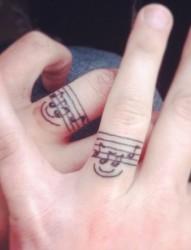 手指上唯美的戒指纹身