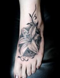 脚背优雅的花朵纹身