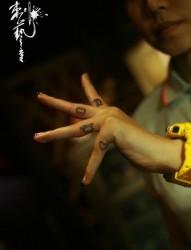 个性图案手指纹身