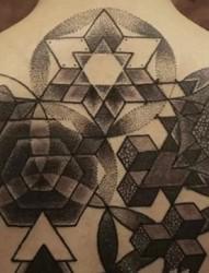 男士另类独特的点刺纹身