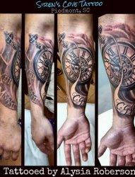 手臂和腿部上的各种时钟纹身图案