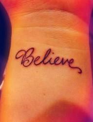 手腕上Believe字符刺青