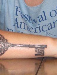手前臂上精致的古老的大钥匙纹身图片