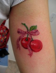 女性身上看起来是如此可口的水果樱桃纹身图案