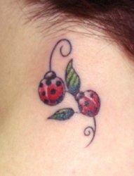 女孩就喜欢这样清新可爱的小瓢虫纹身图案