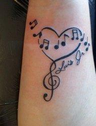 音乐爱好者们手臂上的音乐启发的音符纹身图案