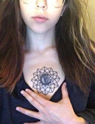 女子正胸口上的几何线条图形弯月亮纹身