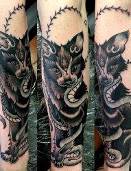 黑色手臂眼睛纹身蛇和植物藤和三只眼睛黑猫纹身图片