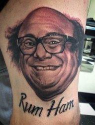 男生手臂上黑白点刺技巧生动的人物肖像和英文单词纹身图片