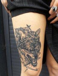 女生大腿上黑色素描动物狼纹身图片