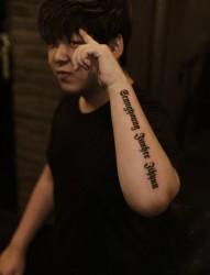 男生手臂时尚英文纹身