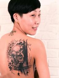 美女后背黑灰骷髅时尚纹身图案