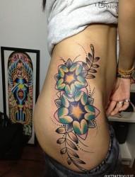 很漂亮的女性右腰花纹刺青
