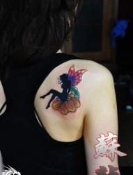 美女肩部唯美好看的精灵翅膀纹身图片