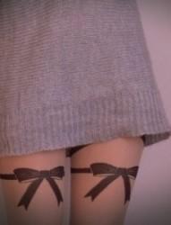 女孩腿部黑白蝴蝶结可爱刺青