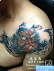 男性肩膀处经典的钟馗纹身图片