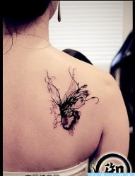 流行唯美的肩部蝴蝶纹身图片
