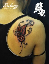 女人肩背好看前卫的彩色蝴蝶纹身图片