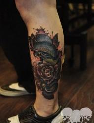 腿部霸气超酷的new school蛇与玫瑰花纹身图片