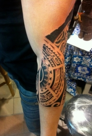 手臂部落风的黑色图腾纹身图案