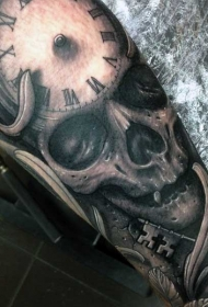 手臂黑色骷髅和时钟钥匙纹身图案
