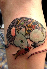 小腿彩的日式老鼠与鱼纹身图案