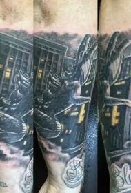 手臂卡通风格哥斯拉和城市纹身图案