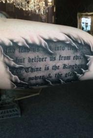 手臂华丽的英文字母与撕皮纹身图案