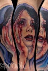 毛骨悚然的彩色血腥女人脸手臂纹身图案