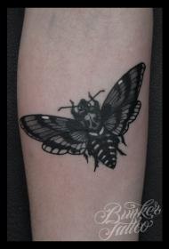 写实风格黑色飞蛾与骷髅手臂纹身图案