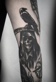 手臂黑色的死神与乌鸦纹身图案