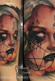 手臂恐怖风格的女人与符号纹身图案