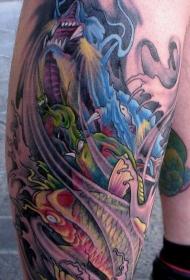 小腿彩色的3D鲤鱼和龙纹身图案