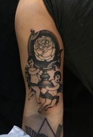 手臂有趣的黑色天使地球仪与玫瑰纹身图案