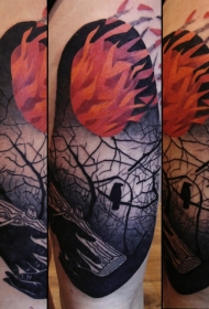 大腿抽象风格彩色的燃烧森林与乌鸦纹身图案