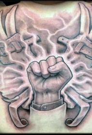 背部黑灰拳头和翅膀纹身图案