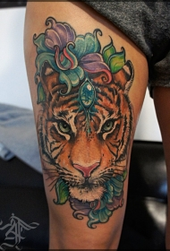 大腿华丽的彩色老虎珠宝与花朵纹身图案