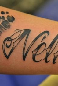 手臂有趣的黑色英文名字与脚印纹身图案