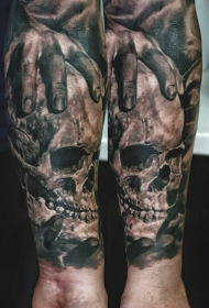 小臂写实风格黑灰骷髅与人类手纹身图案