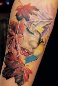 小臂美丽的女人和枫叶彩色纹身图案