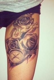 大腿美丽的灰色玫瑰与指南针纹身图案