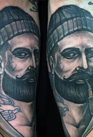 手臂彩绘的吸烟水手与船舶纹身图案