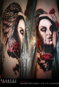 手臂彩色的妇女肖像和乌鸦纹身图案