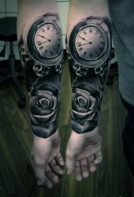 手臂神秘时钟与玫瑰逼真纹身图案