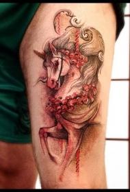 大腿插画风格彩色的独角兽纹身图案