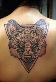 背部黑色点刺狐狸头部与几何纹身图案