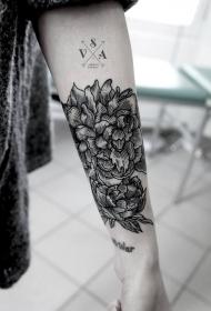 手臂黑色线条的花朵与字母纹身图案
