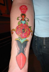 手臂超现实的红玫瑰匕首纹身图案